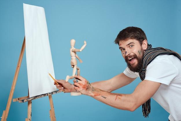Mannelijke kunstenaar schilderen op een ezel voorbereiden