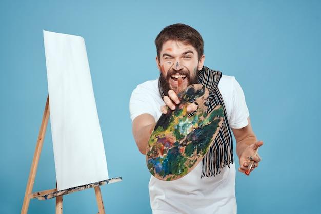Mannelijke kunstenaar schilderen