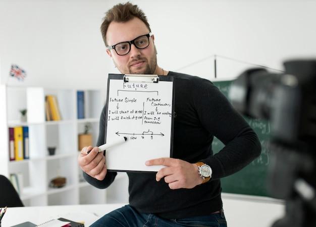 Mannelijke leraar doet online een engelse les voor zijn studenten Gratis Foto