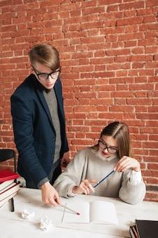 Mannelijke leraar fouten uit te leggen aan student.