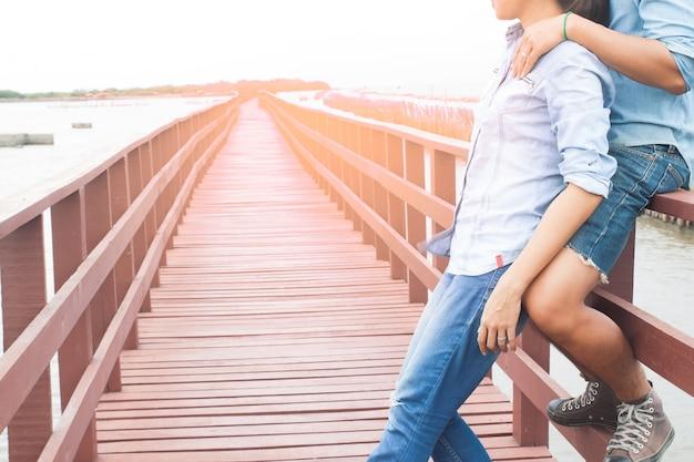 Mannelijke liefde witte vakantie pier asiatische