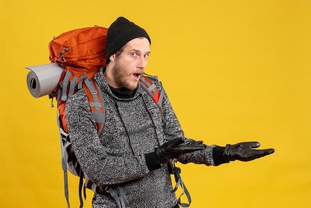Mannelijke lifter met leren handschoenen en grote rugzak