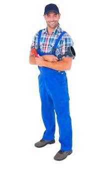 Mannelijke loodgieter houden plunger en moersleutel