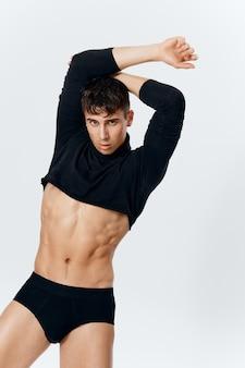 Mannelijke macho in onderbroek en korte trui fitness bodybuilder