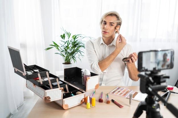 Mannelijke make-up look die een video maakt
