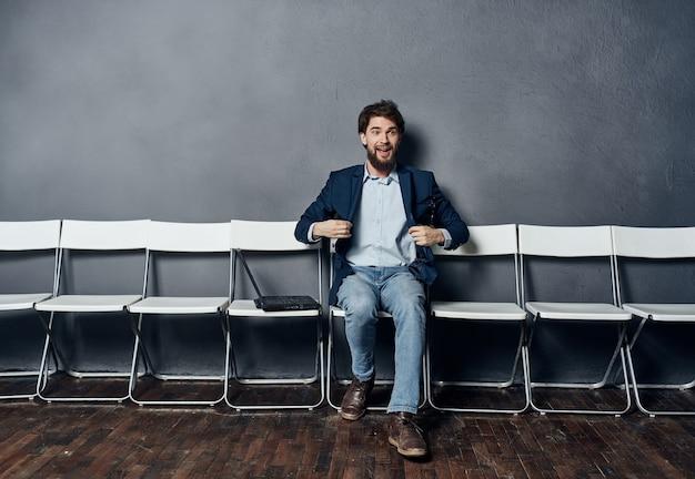Mannelijke manager korting stoelen wachten op werk sollicitatiegesprek