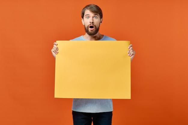 Mannelijke marketing poster reclame model oranje vel papier mockup. hoge kwaliteit foto