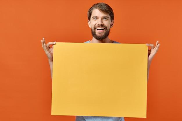 Mannelijke marketing poster reclame model oranje vel papier mockup.