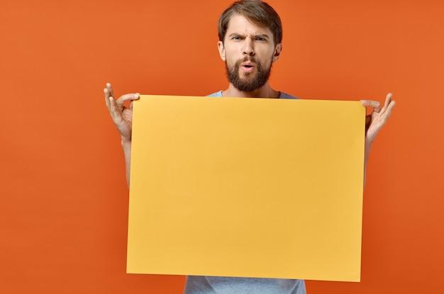 Mannelijke marketing poster reclame model oranje vel papier