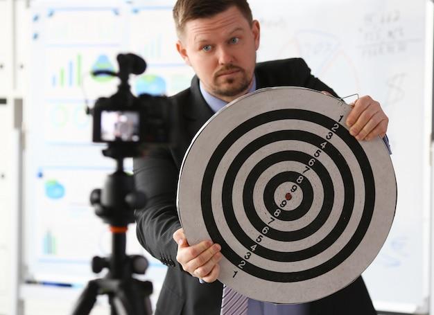Mannelijke millennial vlogger houdt doel darst