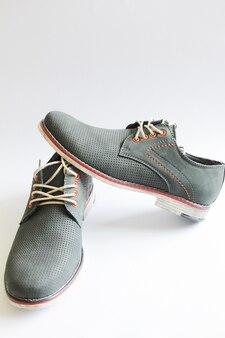 Mannelijke mode stijlvol van grijze kleur schoenen op wit