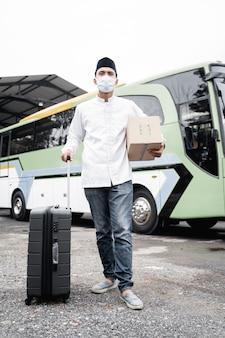 Mannelijke moslim reist met openbare bus tijdens pandemie met masker