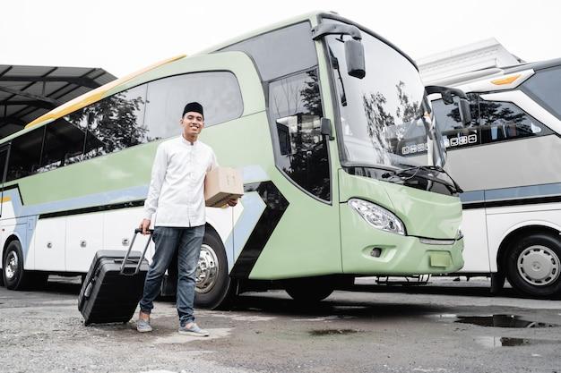 Mannelijke moslim reizen met de openbare bus tijdens pandemie met masker