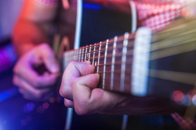 Mannelijke musicus met een akoestische gitaar
