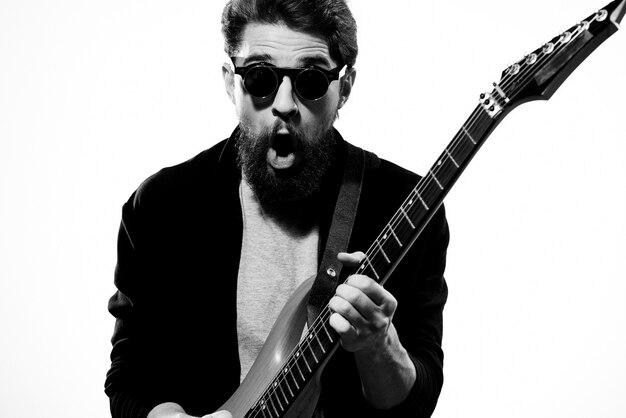 Mannelijke muzikant met gitaar poseren
