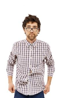 Mannelijke nerd met warrig haar ziet er verward uit