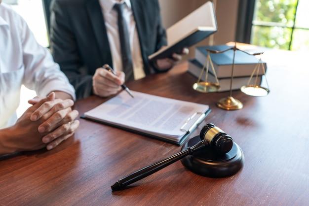Mannelijke notarisadvocaat of rechter raadpleegt of bespreekt contractpapieren