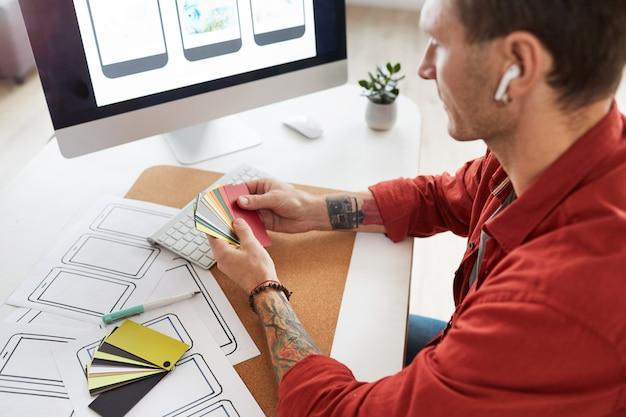 Mannelijke ontwerper die kleuren kiest