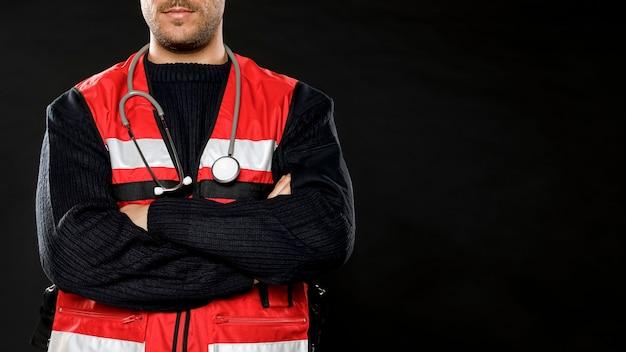 Mannelijke paramedicus met stethoscoop en kopie ruimte