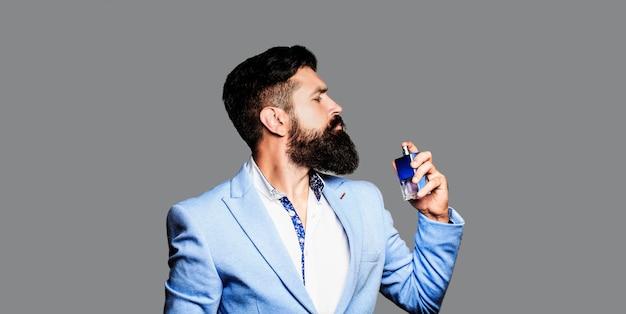 Mannelijke parfum bebaarde man in een pak