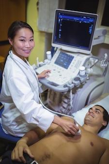 Mannelijke patiënt die een echografie op de borst krijgt
