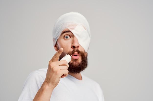 Mannelijke patiënt met verbonden hoofd en ooghospitalisatie geïsoleerde achtergrond