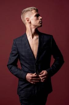 Mannelijke performer poseren in pak zonder shirt
