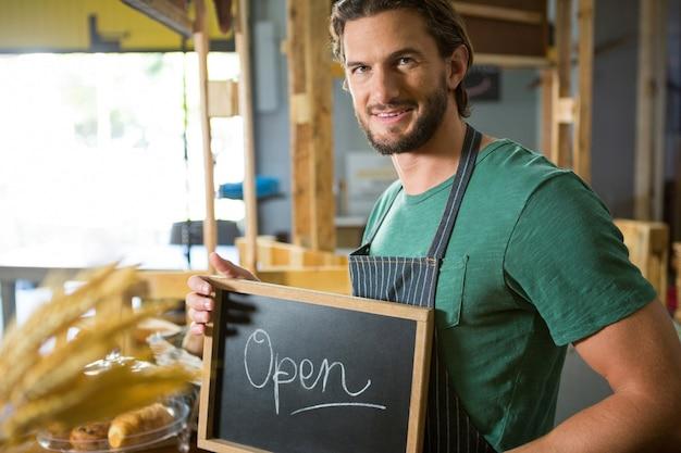 Mannelijke personeel met een bord met open bord