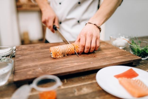 Mannelijke persoon sushi, japans eten koken