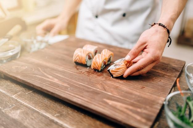 Mannelijke persoon sushi, japanse keuken koken