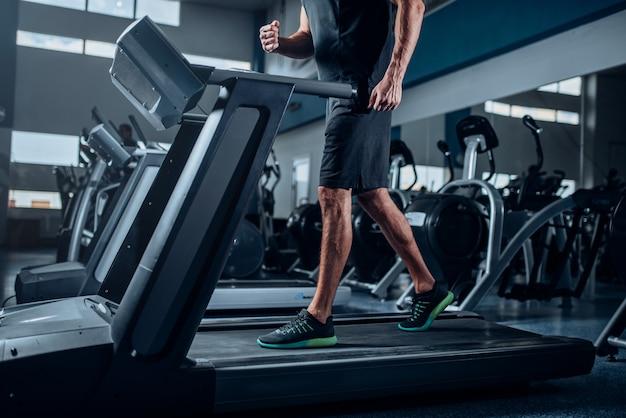 Mannelijke persoon trainen op het uitvoeren van oefeningsmachine