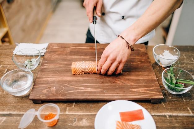 Mannelijke persoon zeevruchten, japans eten koken