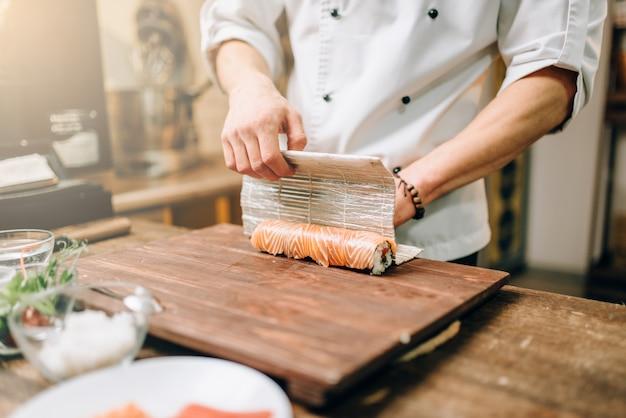 Mannelijke persoon zeevruchten, japanse keuken koken
