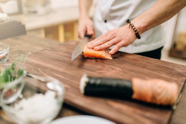 Mannelijke persoon zeevruchten koken op houten tafel, aziatisch voedselbereidingsproces.