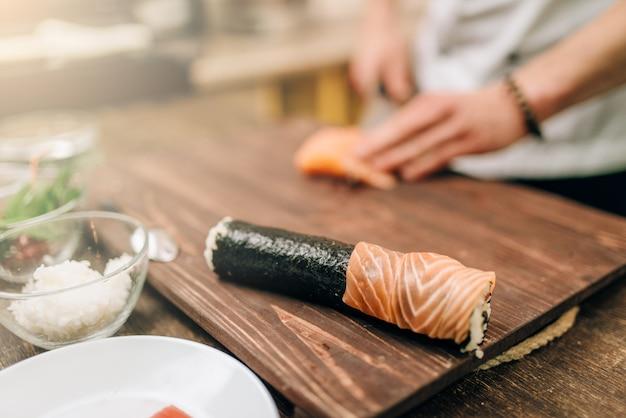 Mannelijke persoon zeevruchten koken op houten tafel, aziatische keuken voorbereidingsproces.