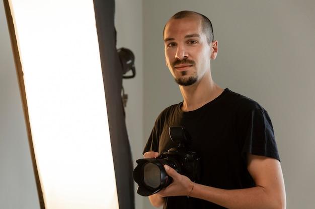 Mannelijke productfotograaf doet zijn werk in de studio