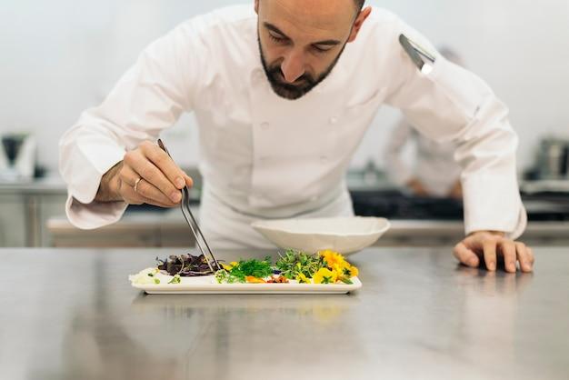 Mannelijke professionele chef-kok koken in een keuken.