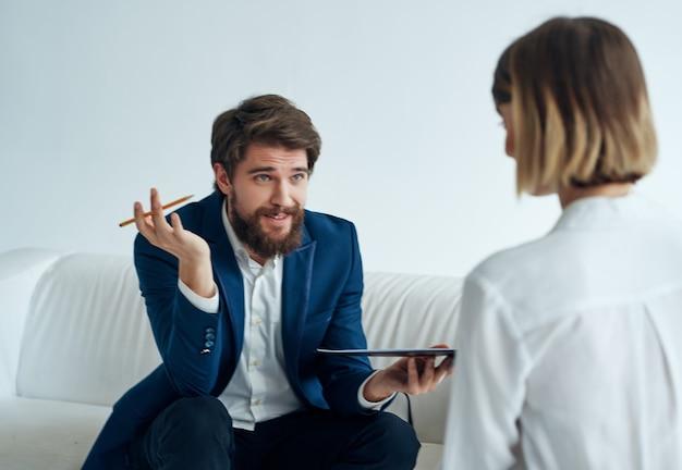 Mannelijke psycholoog die met een geduldig professioneel overleg werkt
