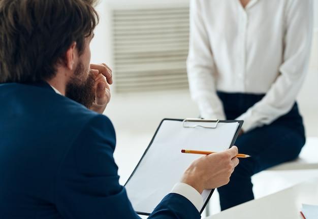 Mannelijke psycholoog naast de patiënt communicatie psychotherapeut overlegprobleem
