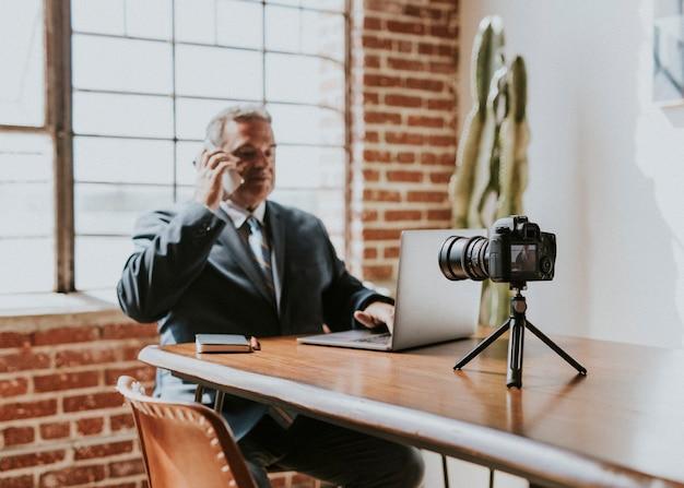 Mannelijke radiopresentator aan de telefoon