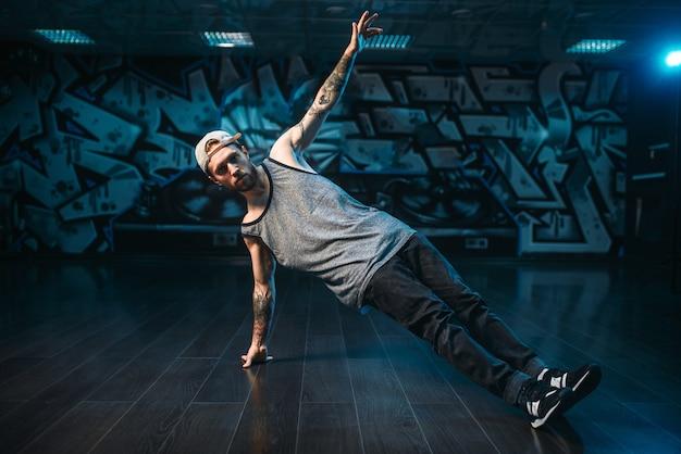 Mannelijke rapper in dansstudio, trendy levensstijl