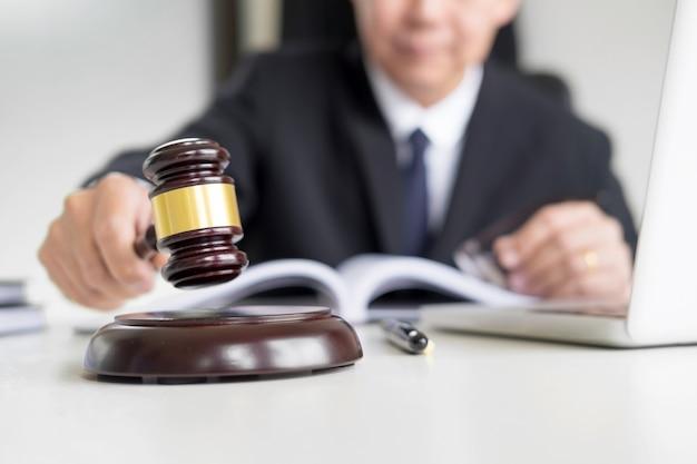 Mannelijke rechter advocaat in een rechtszaal slaan de klap op klinkende blok