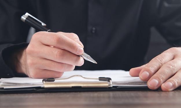 Mannelijke rechter ondertekening in document. rechtvaardigheid en recht concept