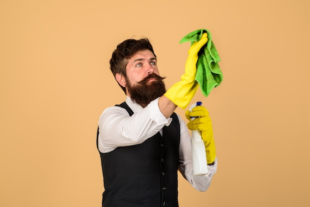 Mannelijke reiniger aan het werk die huishoudelijk werk schoonmaakt concept man met reinigingsapparatuur klaar om