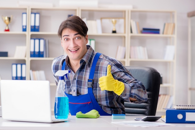 Mannelijke reinigingsmachine die op kantoor werkt