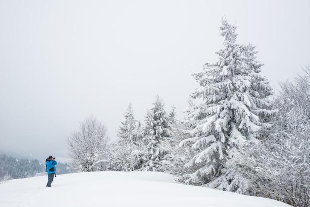 Mannelijke reiziger met rugzak maakt foto's