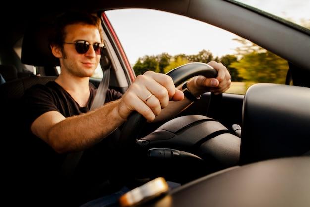 Mannelijke rijdende auto op weg