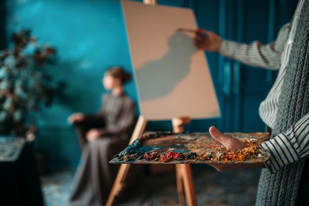 Mannelijke schilder schildert dames portret