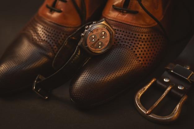 Mannelijke schoenen en horloge en riem