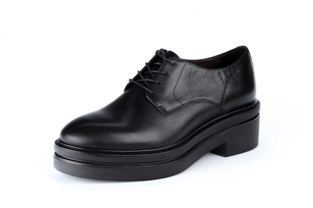 Mannelijke schoenen enkellaarsjes geïsoleerd op een witte achtergrond